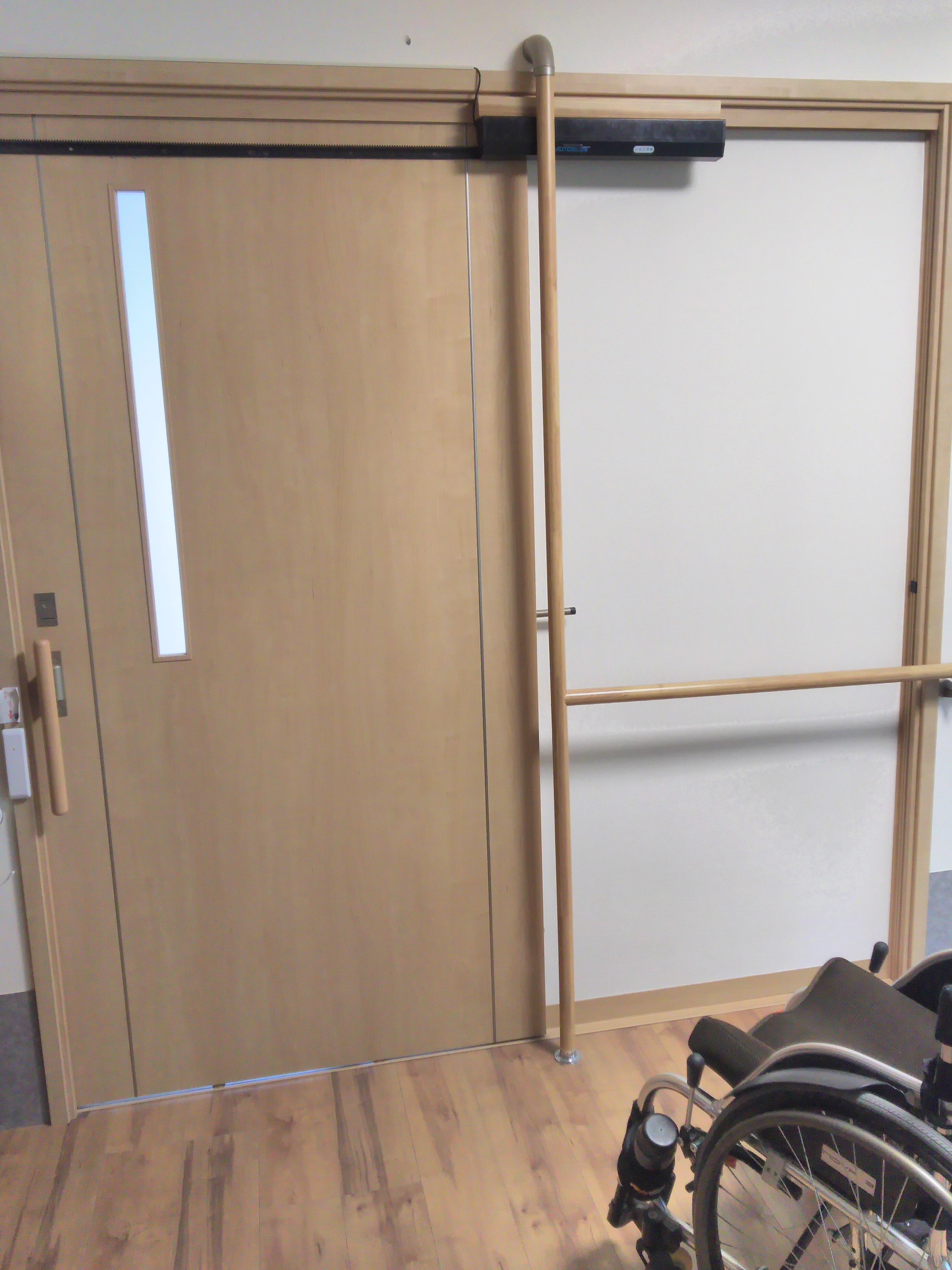 オートスライド設置例(車いすで通過するドアを自動化)