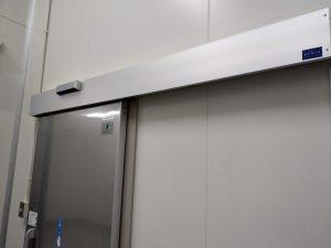 食品加工施設の断熱ドアを自動ドア化