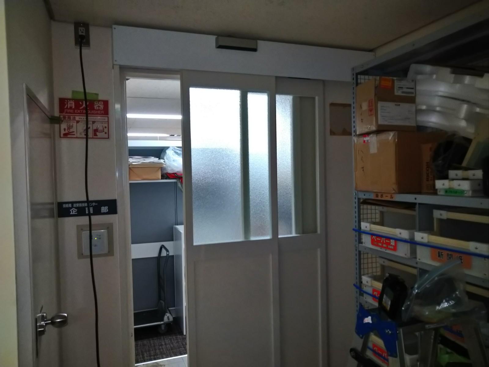 オフィスの手動開き戸を後付けで自動ドアに|東京【FAS07事例】