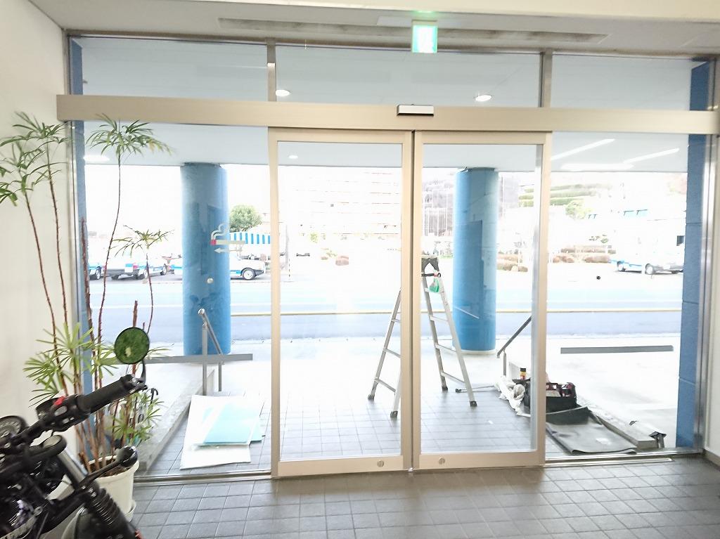 自動車教習所の大型開き戸を自動ドアに 神奈川【FAS07事例】
