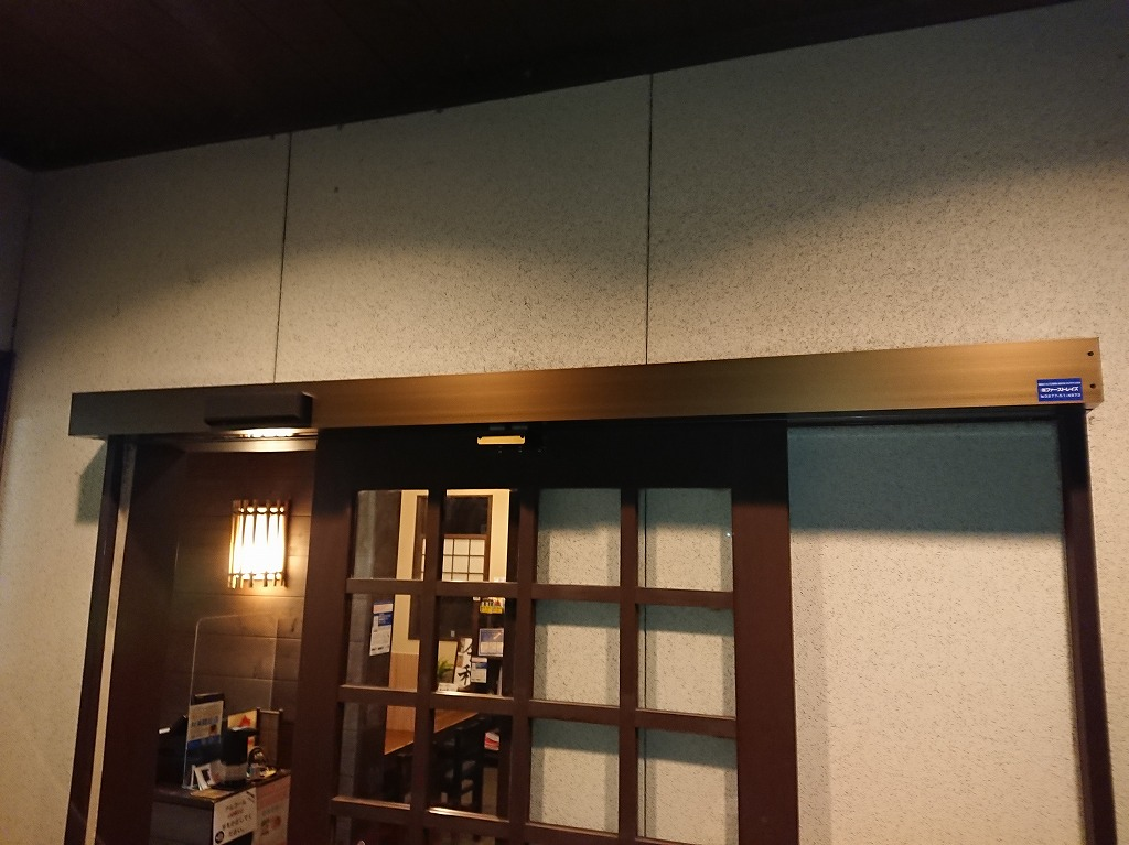 大型木製ドアの雰囲気を残したまま後付けで自動ドアに改修|群馬【FAS07事例】